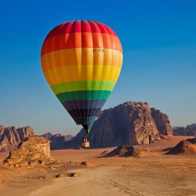 steigender Heissluftballon in der Wüste