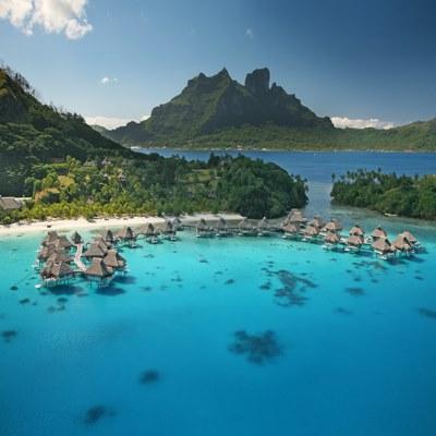 Paradies Südsee von Oben mit Blick auf Wasserbungalows in geschützter Bucht