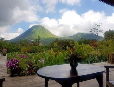 aus unserem Reisebericht Nord Sulawesi: Blick von der Terasse unseres Zimmers auf üppig grüne Berglandschaft