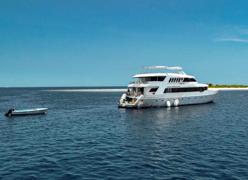 MV-AMBA-mit-Insel-und-Boot