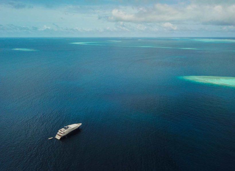 MV Emperor Explorer Drone mit MV Emperor Explorer Drone mit Blick ueber das Meer