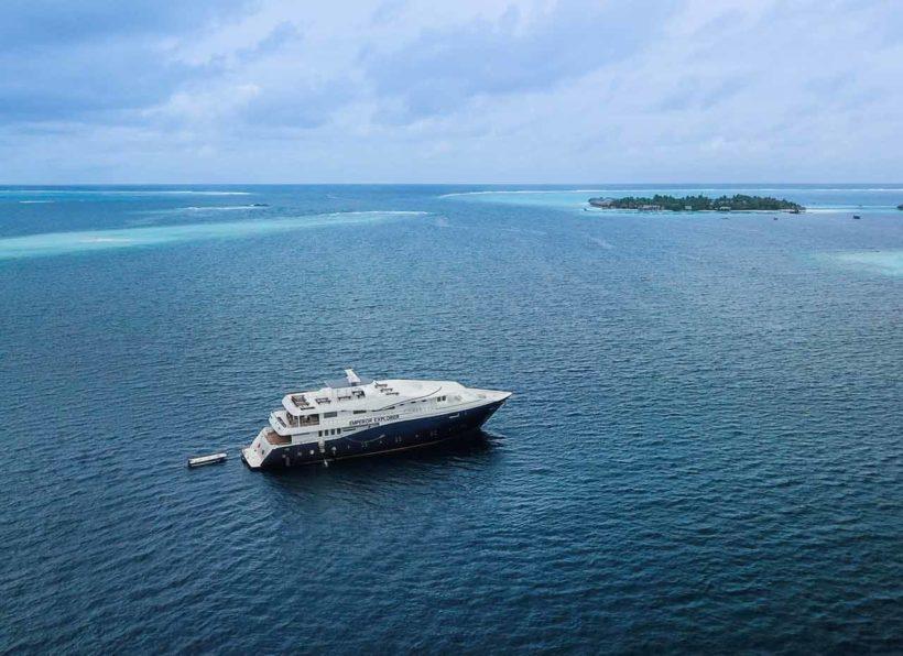 MV Emperor Explorer Schiff mit Insel
