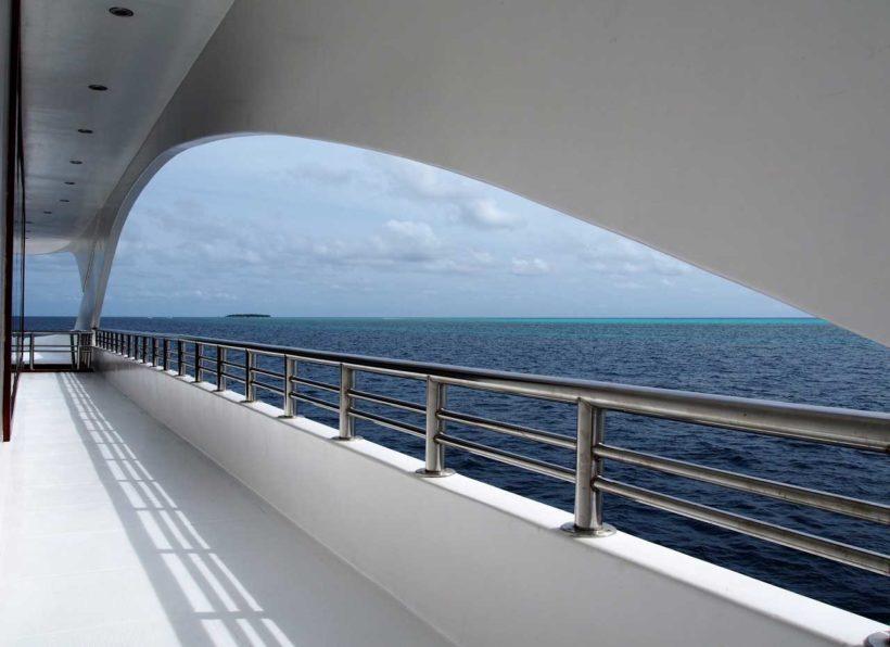 MV-Emperor-Serenity-Außen-Blick-übers-Meer