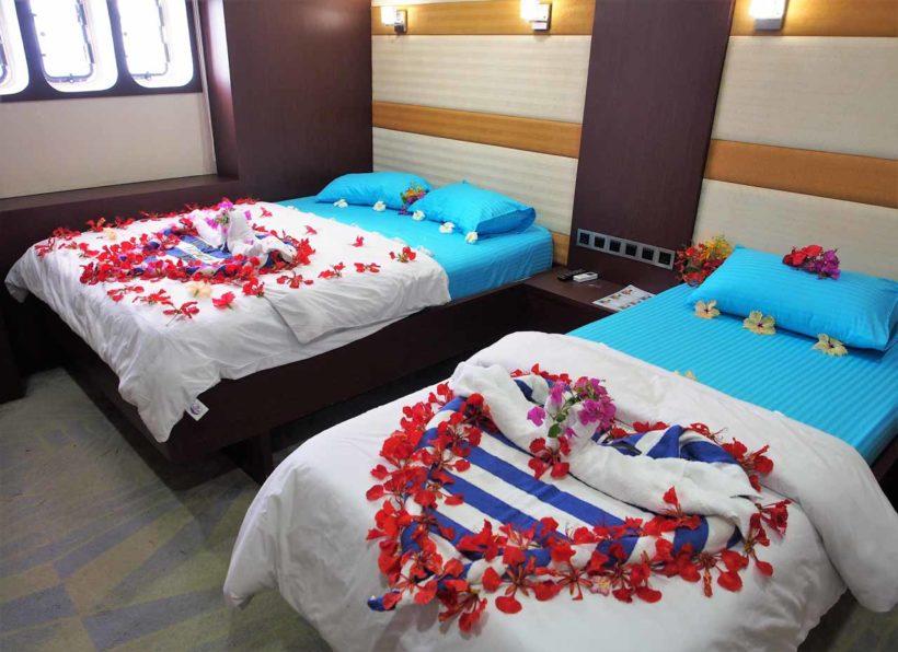 MV-Emperor-Serenity-unteres-Deck-Kabine-mit-Einzel-und-Doppelbett-dekoriert