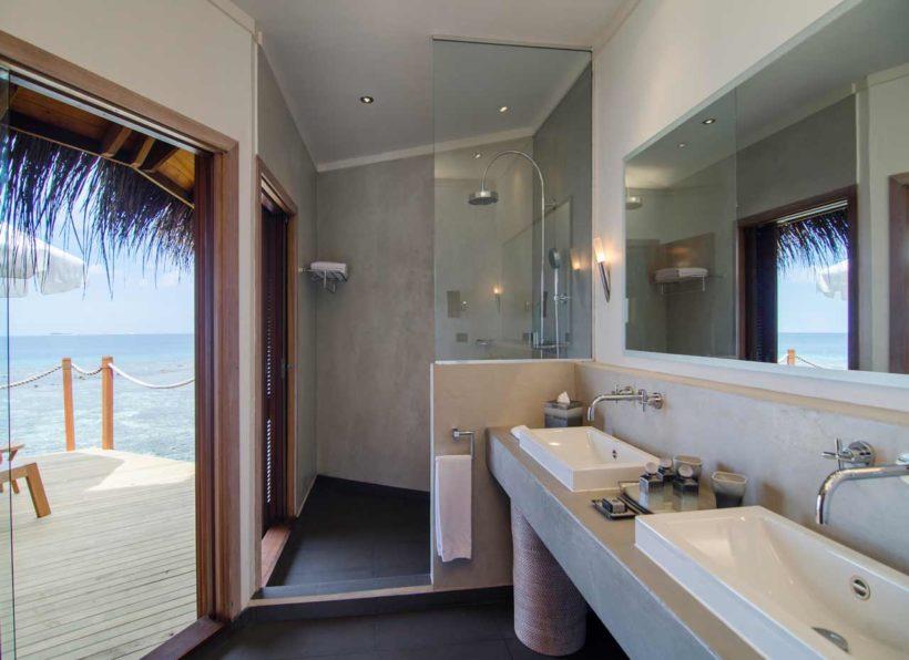 Mirihi Island Resort Water Villa Bad